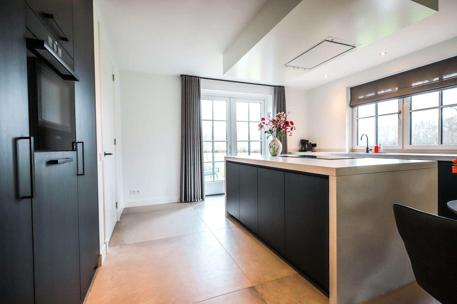 Keuken met kookeiland en kastenwand Fleringen